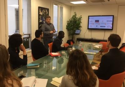 étudiants en table ronde écoutant Pascal Fert de l'agence